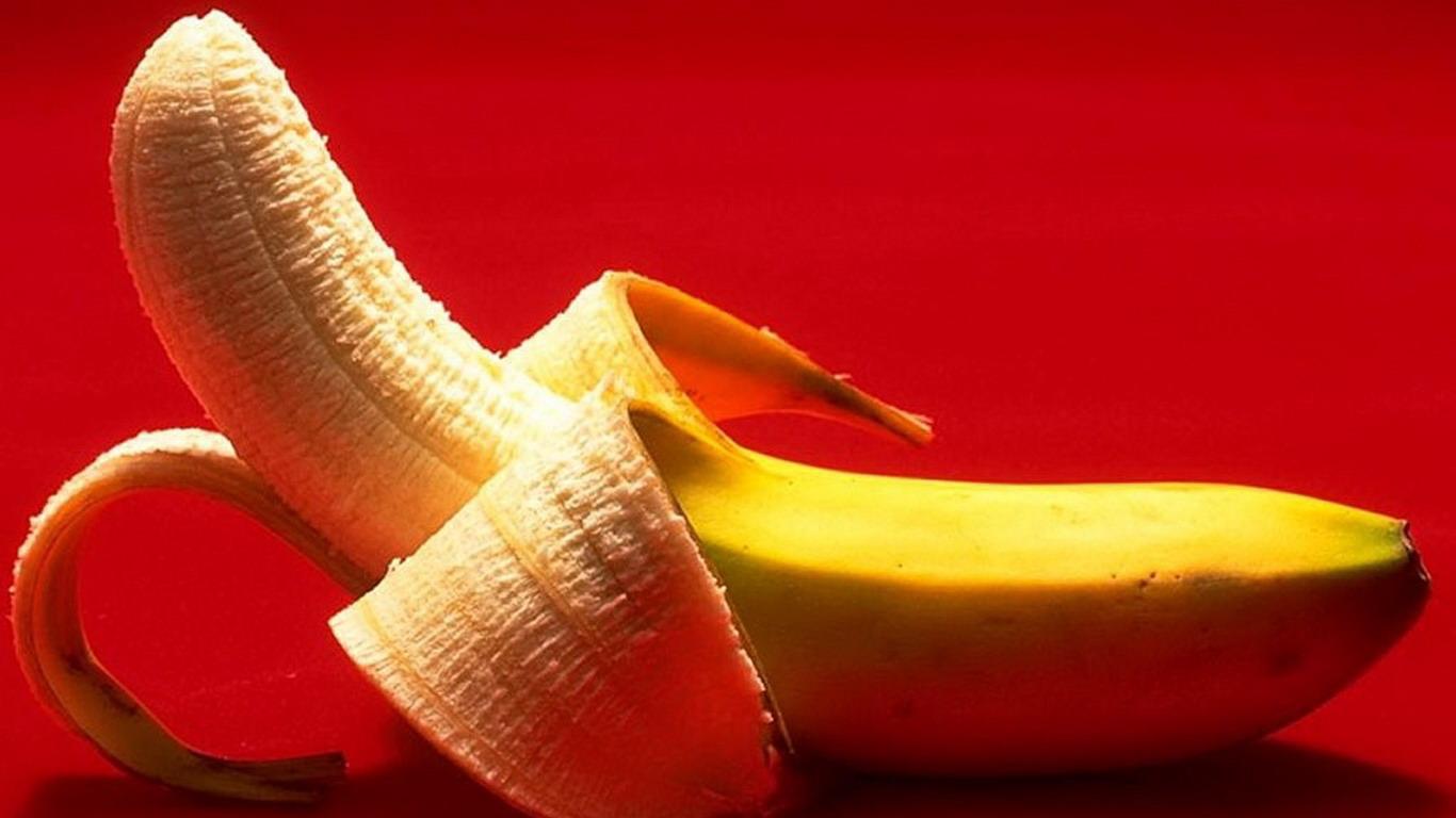 尝试用香蕉皮的里面,直接擦到皮鞋,然后用干布擦净,效果立见.