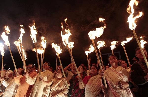 巴西:巴西人在元旦这天,高举火把,蜂拥登山.图片